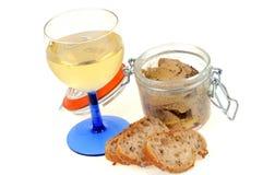 Exponeringsglas av vitt vin och kruset av foiegras arkivbild
