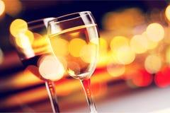 Exponeringsglas av vitt vin på mörk bakgrund Arkivbild
