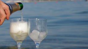 Exponeringsglas av vitt vin vid den coastonen vaggar, Arkivfoton