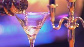 Exponeringsglas av vodka Martini - James Bond stil arkivfilmer