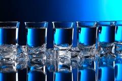 Exponeringsglas av vodka med is arkivfoto