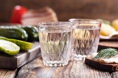 Exponeringsglas av vodka med det traditionella ryssmellanmålet royaltyfri bild