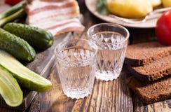 Exponeringsglas av vodka med det traditionella ryssmellanmålet arkivfoton