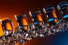 Exponeringsglas av vodka med is på en exponeringsglastabell royaltyfria foton