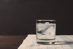 Exponeringsglas av vodka på vaggar royaltyfria foton