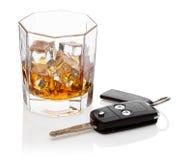 Exponeringsglas av whiskey och bilen stämm. Arkivbilder