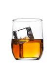 Exponeringsglas av whisky med iskuber som isoleras på vit Royaltyfri Bild
