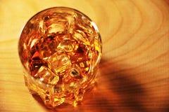 Exponeringsglas av whisky med is royaltyfria bilder