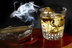 Exponeringsglas av whisky och cigarren Fotografering för Bildbyråer