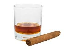 Exponeringsglas av whisky och cigarren Royaltyfri Foto