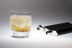 Exponeringsglas av whisky och en flaska för att dricka Royaltyfri Bild