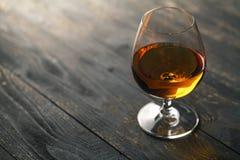 Exponeringsglas av whisky på en träbakgrund Fotografering för Bildbyråer