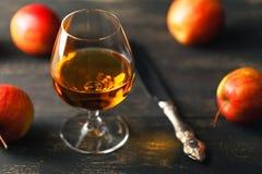 Exponeringsglas av whisky på en träbakgrund Arkivfoto