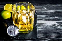 Exponeringsglas av whisky på mörk träbakgrund Arkivbilder