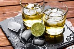 Exponeringsglas av whisky på träbakgrund Royaltyfria Foton