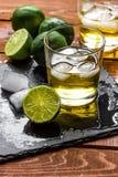 Exponeringsglas av whisky på träbakgrund Fotografering för Bildbyråer