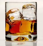 Exponeringsglas av whisky på vaggar Royaltyfri Bild