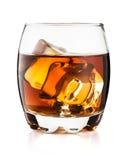 Exponeringsglas av whisky som isoleras på vit bakgrund Arkivfoton
