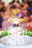 Exponeringsglas av wine i bröllopceremoni Royaltyfri Foto
