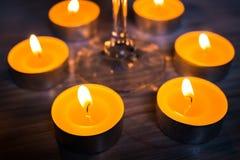 Exponeringsglas av wine och stearinljus Arkivfoto