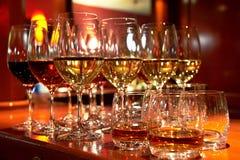 Exponeringsglas av wine och whiskey Royaltyfri Bild