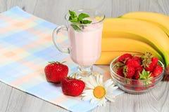 Exponeringsglas av yoghurt med mintkaramellen och nya jordgubbar, banan, chamo Royaltyfri Fotografi