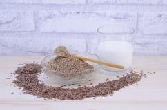 Exponeringsglas av yoghurt- och linfrö, helt och grundat fotografering för bildbyråer