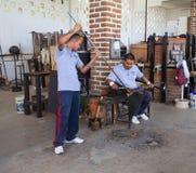 Exponeringsglas blåst demonstration på den exponeringsglas blåste fabriken i Cabo San Luc Arkivbilder