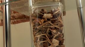 Exponeringsglas boxas med den olika sorten av ekologiskt bio bränsle för bio kulor arkivfilmer