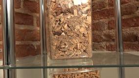 Exponeringsglas boxas med ekologiskt bio bränsle för olika bio kulor stock video