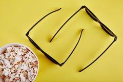 exponeringsglas 3D med popcorn som ligger på yttersidan av tabellen Royaltyfri Bild