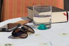 Exponeringsglas, exponeringsglas och bok Royaltyfri Bild
