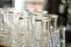 Exponeringsglas för alkohol och coctailar arkivbild