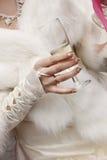 Exponeringsglas för champagne för brudlandholdingbröllop Fotografering för Bildbyråer