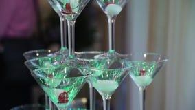 Exponeringsglas för champagnepyramid med härlig belysning arkivfilmer