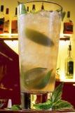 Exponeringsglas för citronjuice för ärtamuttrar blandat royaltyfria foton