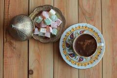 exponeringsglas för espresso för cezvekaffe kallt som tjänat som litet turkiskt vatten Royaltyfri Foto