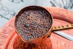 exponeringsglas för espresso för cezvekaffe kallt som tjänat som litet turkiskt vatten Royaltyfri Bild