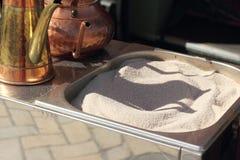 exponeringsglas för espresso för cezvekaffe kallt som tjänat som litet turkiskt vatten Arkivbilder