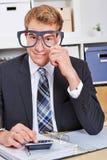 Exponeringsglas för nerd för affärsman hållande royaltyfria foton