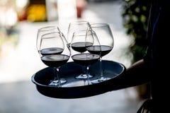 Exponeringsglas för uppassareportionvin Röda, vit- och Champagneexponeringsglas på sociala händelser arkivfoton