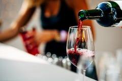 Exponeringsglas för uppassareportionvin Röda, vit- och Champagneexponeringsglas på sociala händelser arkivfoto