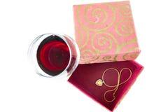 Exponeringsglas för valentindagsammansättning av vin- och hjärtasmyckenask Arkivfoto