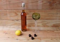 Exponeringsglas för vin för grönt exponeringsglas för choklad för flaska för konjak för citron för vinBrandy Liqueur rom Royaltyfri Fotografi