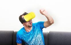 Exponeringsglas för virtuell verklighet 3D för man bärande Royaltyfri Foto