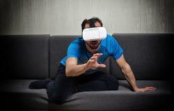 Exponeringsglas för virtuell verklighet 3D för man bärande Arkivfoton