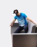 Exponeringsglas för virtuell verklighet 3D för man bärande Royaltyfria Bilder