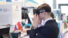 Exponeringsglas för virtuell verklighet för sats för utveckling för lek för manbruksvirtuell verklighet stock video