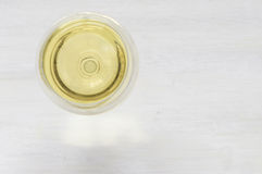 Exponeringsglas för vitt vin på en vit bakgrund Arkivbilder