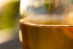 Exponeringsglas för vitt vin på suddig bakgrundsnärbild Arkivfoto